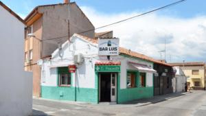 Leah Pattem, la británica que ha creado un archivo de 'bares Paco' de Madrid